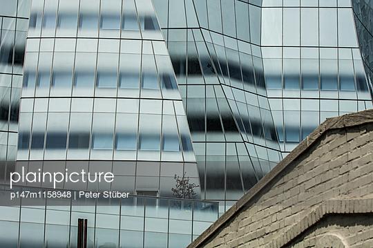 Glasfassade und Backstein - p147m1158948 von Peter Stüber