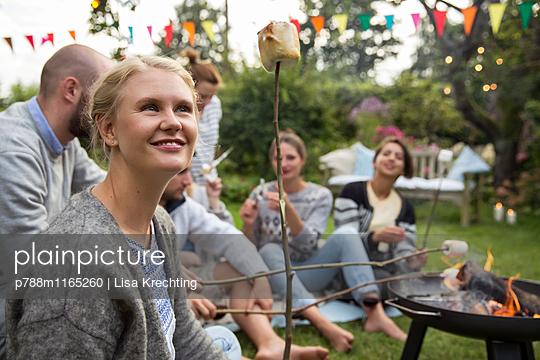 Marshmallows rösten im Garten - p788m1165260 von Lisa Krechting