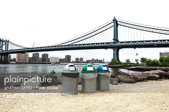 Mülleimer am Flussufer in New York - p147m1158952 von Peter Stüber