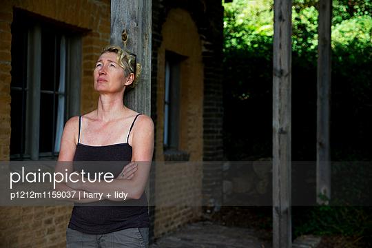 Frau vor dem Haus - p1212m1159037 von harry + lidy
