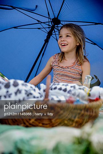 Mädchen beim Picknick - p1212m1145988 von harry + lidy