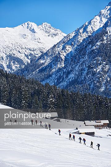 Skiwandern im Wintersportgebiet - p851m1148598 von Lohfink