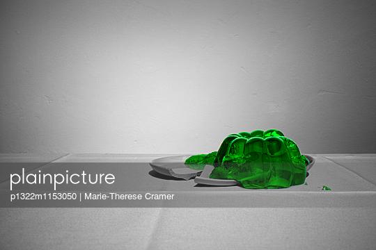 Tischszene mit kaputtem Wackelpudding - p1322m1153050 von Marie-Therese Cramer
