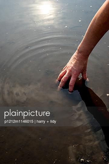 Hand in der Pfütze - p1212m1146015 von harry + lidy