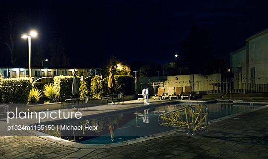 Swimminpool in einem Bad bei Nacht - p1324m1165150 von michaelhopf