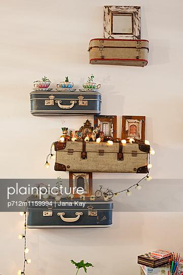 Dekorationsidee mit alten Koffern - p712m1159994 von Jana Kay