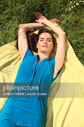 Ein Sonnenbad nehmen - p045m1169598 von Jasmin Sander