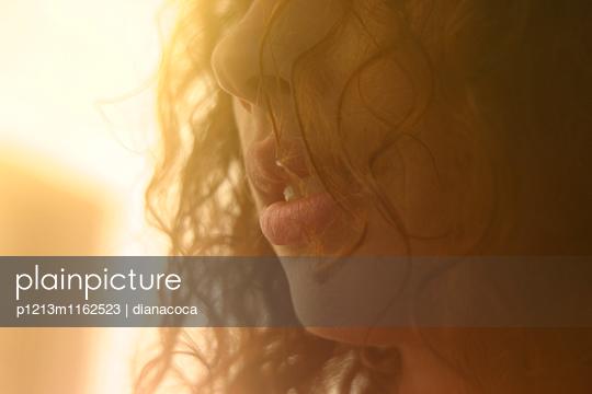 Porträt einer sinnlichen Frau mit sexy Lippen - p1213m1162523 von dianacoca