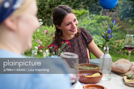 Freunde auf einer Gartenparty - p788m1165400 von Lisa Krechting