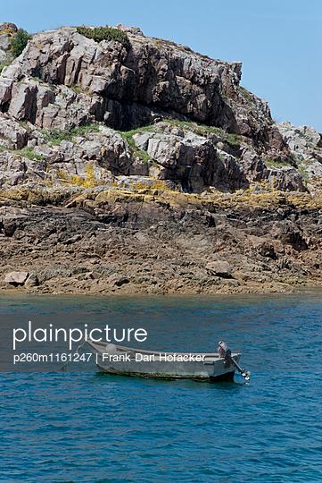 Fischerboot ankert vor einer Felsküste - p260m1161247 von Frank Dan Hofacker