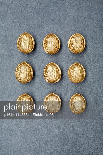 goldene Walnüsse - p464m1145854 von Elektrons 08