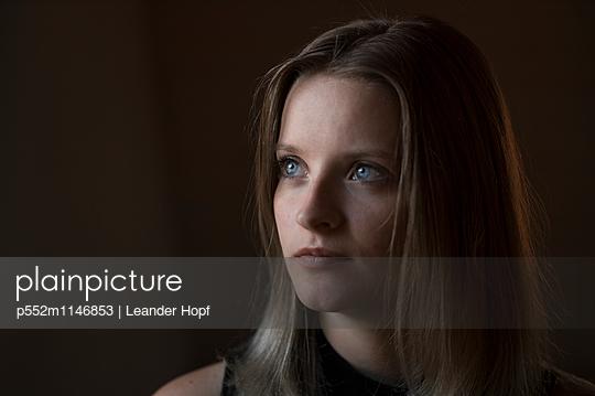 Schöne Frau im Dunkeln - p552m1146853 von Leander Hopf