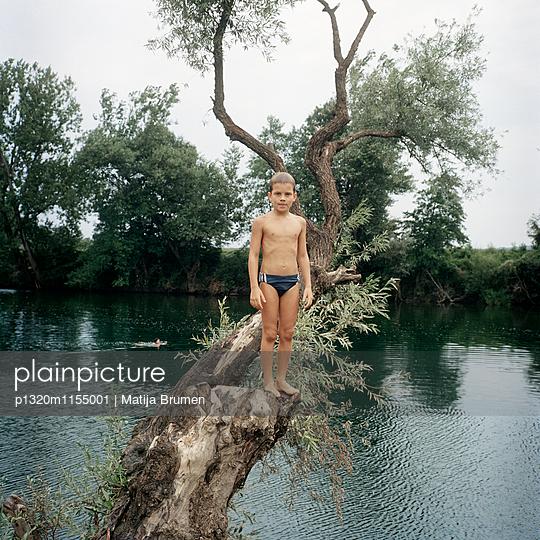 Junge am See - p1320m1155001 von Matija Brumen