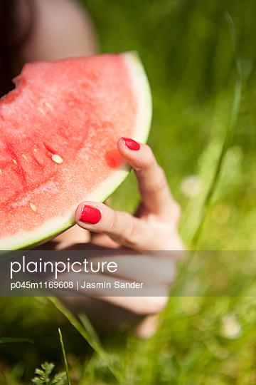 Hand hält Wassermelone - p045m1169608 von Jasmin Sander