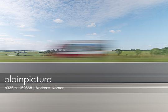 Verschwommene Sicht auf einen Lkw - p335m1152368 von Andreas Körner