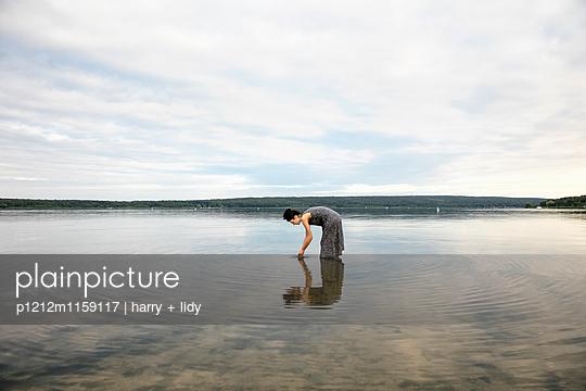 Junge Frau im See - p1212m1159117 von harry + lidy
