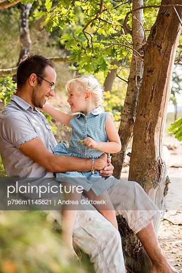 Papa Tochter Ausflug - p796m1145821 von Andrea Gottowik