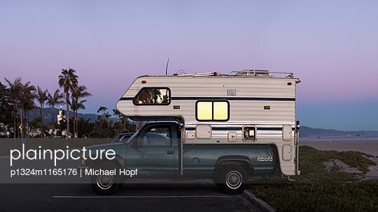 Wohnmobil abgeparkt in Kalifornien - p1324m1165176 von michaelhopf