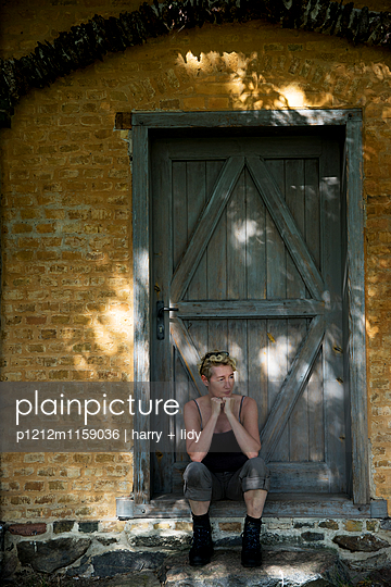 Frau vor dem Haus - p1212m1159036 von harry + lidy