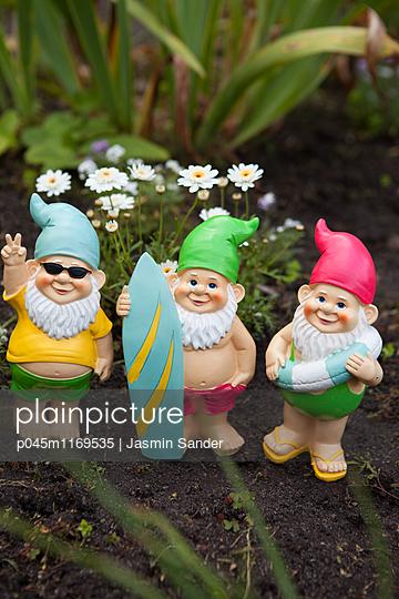 Cooles Gartenzwerg-Trio - p045m1169535 von Jasmin Sander