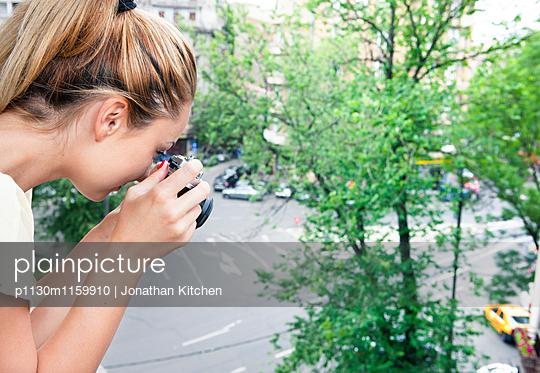 Frau macht Fotos - p1130m1159910 von Jonathan Kitchen