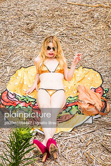 Frau mit Burgerhandtuch - p930m1154447 von Phillip Gätz