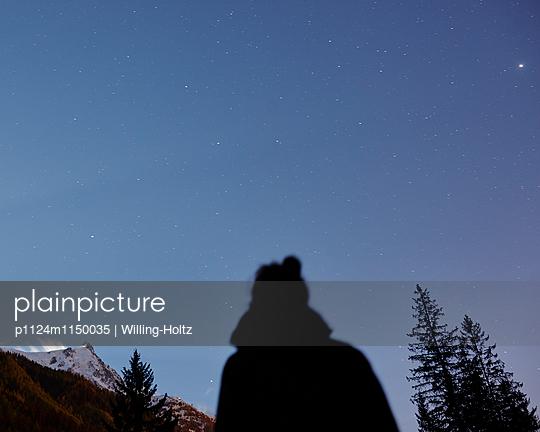 Frau blickt in den Sternenhimmel  - p1124m1150035 von Willing-Holtz