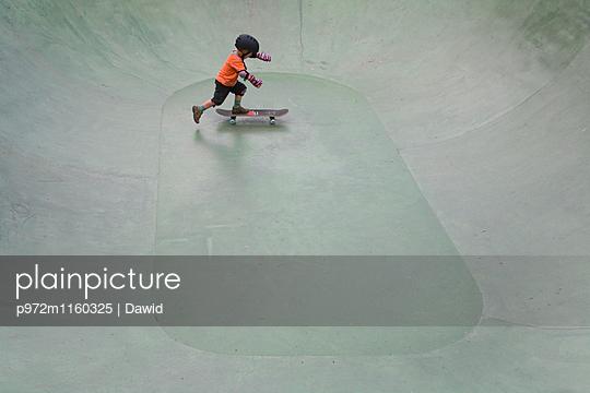 Junge übt Skateboard fahren - p972m1160325 von Dawid