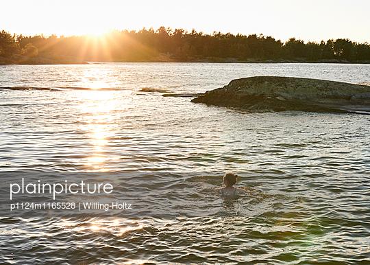 Frau schwimmt an Schärenküste - p1124m1165528 von Willing-Holtz