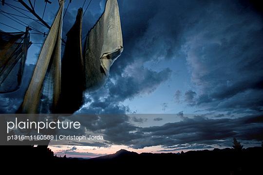 Wäscheleine in den Bergen bei einem Sonnenuntergang, Oberberg, Bayern, Deutschland - p1316m1160589 von Christoph Jorda