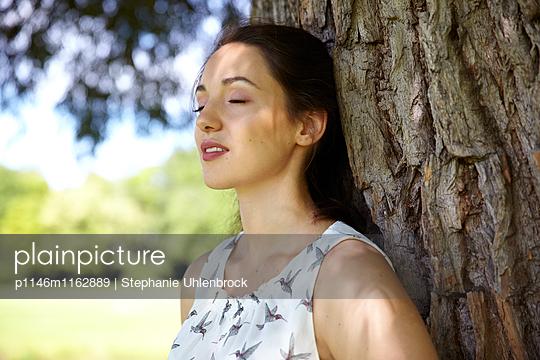 Junge Frau mit geschlossenen Augen - p1146m1162889 von Stephanie Uhlenbrock