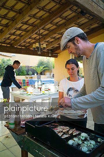 Grillen auf einer Terrasse, Perols, Montpellier, Herault, Languedoc-Roussillon, Frankreich - p1316m1161089 von Natalie Kriwy
