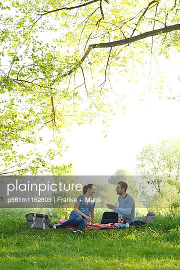 Picknick - p981m1162809 von Franke + Mans