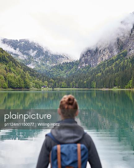 Frau blickt auf den Lac de Montriond - p1124m1150077 von Willing-Holtz