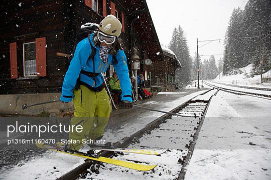 Skifahrer am Bahnhof, Cavadürli, Klosters-Serneus, Kanton Graubünden, Schweiz - p1316m1160470 von Stefan Schuetz