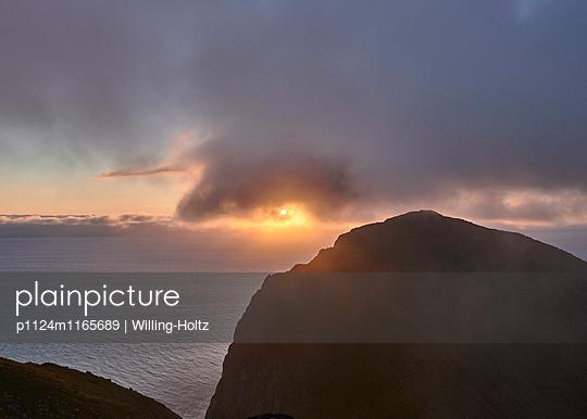Sonnenuntergang hinter dunklen Wolken - p1124m1165689 von Willing-Holtz