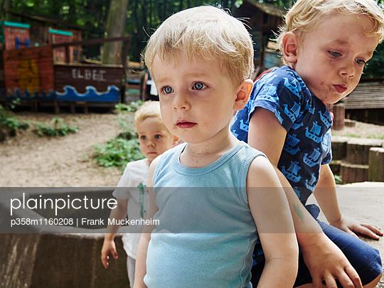 Drei Kinder auf dem Spielplatz - p358m1160208 von Frank Muckenheim