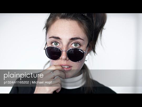 Porträt einer jungen Frau mit Sonnenbrille - p1324m1165202 von michaelhopf