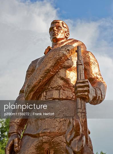 Goldenes Soldatendenkmal in der Ukraine - p390m1159272 von Frank Herfort