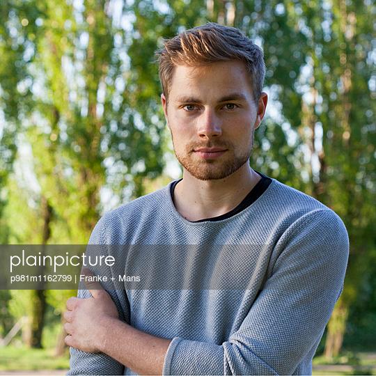 Portrait im Park - p981m1162799 von Franke + Mans