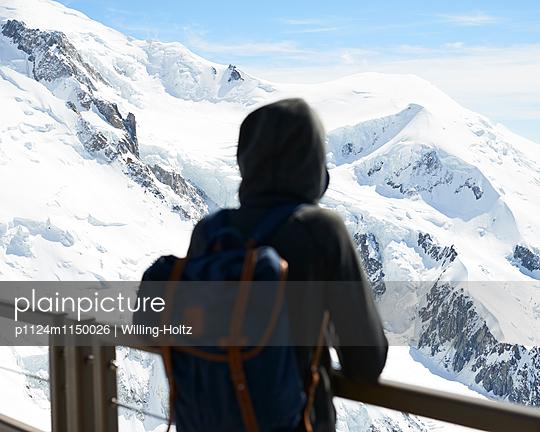 Frau blickt auf den Mont Blanc - p1124m1150026 von Willing-Holtz