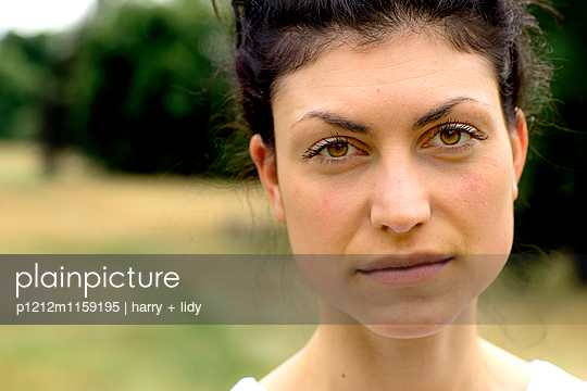 Portrait einer jungen Frau - p1212m1159195 von harry + lidy