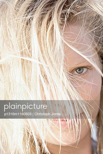 Poträt einer jungen Frau, Fuerteventura, Spanien - p1316m1160503 von Christoph Jorda