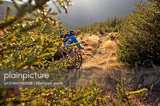 Mountainbiker fährt auf einem Wanderweg in den Alpen, Alpspitz, Bayern, Deutschland, Europa - p1316m1160538 von Christoph Jorda