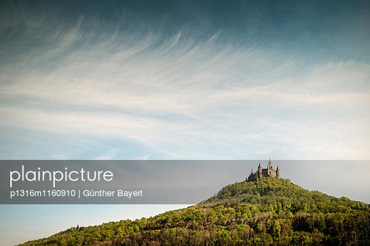 Blick auf Burg Hohenzollern, Hechingen Bisingen, Zollernalbkreis, Schwäbische Alb, Baden-Württemberg, Deutschland - p1316m1160910 von Günther Bayerl