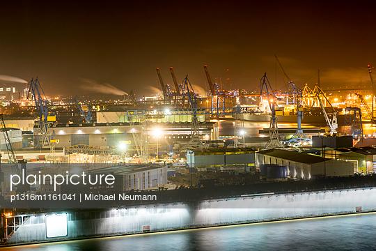 Blick aus Hotelzimmer auf Hamburger Hafen und die Blohm und Voss Werft, Hamburg, Deutschland - p1316m1161041 von Michael Neumann