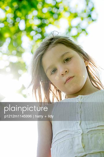 Mädchen im weißem Kleid - p1212m1145996 von harry + lidy