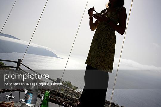 Frau trinkt Kaffee im Restaurant, designed, gestaltet von César Manrique, Aussichtspunkt, Panorama, Mirador de la Pena, Peña, El Hierro, Kanarische Inseln, Spanien - p1316m1160409 von Engel & Gielen