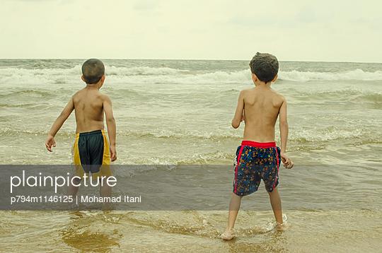 Badende Kinder - p794m1146125 von Mohamad Itani