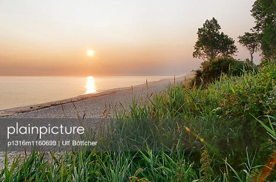 Ostseestrand in Kühlungsborn West bei Sonnenaufgang, Ostseebad Kühlungsborn, Mecklenburg-Vorpommern, Deutschland - p1316m1160699 von Ulf Böttcher
